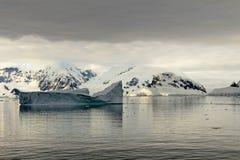 Ландшафт, айсберги, горы и океан Антарктики на восходе солнца Стоковые Изображения