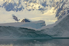 Ландшафт, айсберги, горы и океан Антарктики на восходе солнца Стоковое фото RF