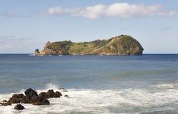 Ландшафт береговой линии Азорских островов с вулканическим островом Ilheu da Vila Стоковые Изображения