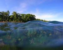 Ландшафт двойника пляжа и морской воды Реальное фото водораздела моря Стоковое Изображение RF
