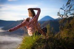 Ландшафт восхода солнца девушки портрета молодой милый Точка зрения вулкана утра природы Африки Включенное женщиной раздумье йоги Стоковое фото RF