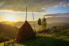 Ландшафт восхода солнца Трансильвании румынский над холмами в отрубях Pestera Стоковое фото RF