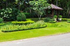 Ландшафт в парке с деревянным павильоном Стоковые Фото