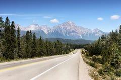 Ландшафт горной цепи, скалистые горы, Канада стоковые изображения rf