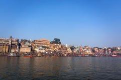 Ландшафт города Варанаси - взгляд от ландшафт реки Ganga, Индии, древнего города, отключение реки Варанаси, Стоковые Фотографии RF