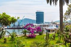 Ландшафт города панорамный с морским портом Батуми на курорте Чёрного моря лета Стоковые Фото