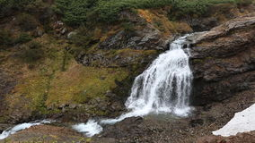 Ландшафт горы: взгляд красивого водопада в осени акции видеоматериалы