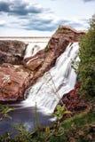 Ландшафт горы водопада под голубым небом Стоковое Изображение RF