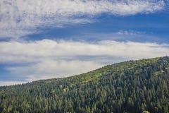 Ландшафт горы в небе раннего утра с облаками Стоковая Фотография