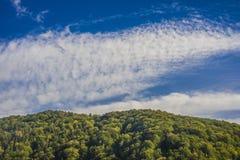 Ландшафт горы в небе раннего утра с облаками Стоковые Изображения
