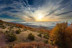Ландшафт горы в осени на восходе солнца стоковое фото