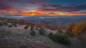 Ландшафт горы в осени на красивом восходе солнца стоковое изображение