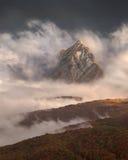Ландшафт горы в осени на утре fogy стоковые изображения rf