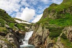 Ландшафт горы лета с рекой и водопадом Стоковые Фотографии RF