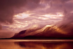 Ландшафт Горы и озеро в тумане в утре с желтым col Стоковая Фотография