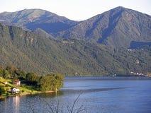 Ландшафт горы и озеро Orta в Италии Стоковое Изображение RF