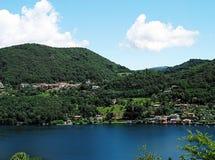 Ландшафт горы и озеро Orta в Италии Стоковая Фотография