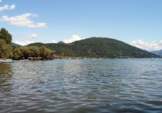 Ландшафт горы и озеро Orta в Италии Стоковые Фотографии RF