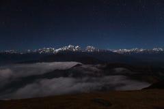 Ландшафт горы ночи на звездной ночи Стоковые Изображения RF