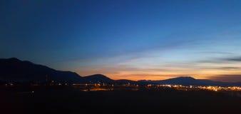 Ландшафт горы около города на nighttime Стоковое Изображение