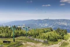 Ландшафт горы от Skrzyczne Горный склон покрытый с сосной tr Стоковое фото RF