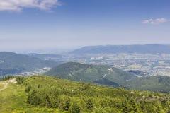 Ландшафт горы от Skrzyczne Горный склон покрытый с сосной tr Стоковые Изображения RF