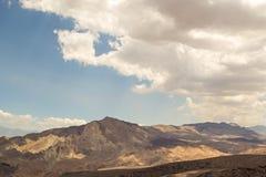 Ландшафт горы пустыни с голубыми небесами и белыми облаками Стоковое фото RF