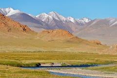 Ландшафт: горы, река и степь в Монголии Стоковая Фотография