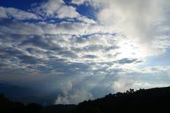Ландшафт горы с волной тумана и темного облачного неба мечтательно стоковое изображение