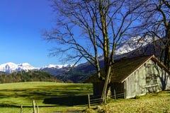 Ландшафт горы с кабиной в Баварии Стоковое Изображение RF