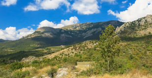 Ландшафт горы с облаками в небе Стоковое фото RF