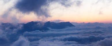 Ландшафт горы с облаками Стоковые Фото