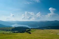 Ландшафт горы с озером в Румынии Стоковые Изображения