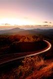 Ландшафт горы с светлыми следами автомобиля на дороге, Chiang m Стоковое Изображение