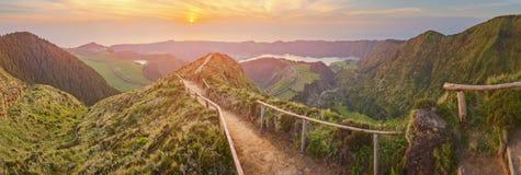 Ландшафт горы с тропой и взглядом красивых озер, Ponta Delgada, островом Мигеля Sao, Азорскими островами, Португалией стоковое изображение rf