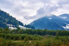 Ландшафт горы с туманом и дождем снега облаков Стоковая Фотография