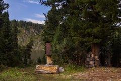 Ландшафт горы утра с ложей и древесинами Стоковое Изображение RF