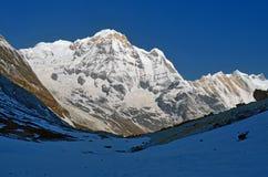 Ландшафт горы Snowy в Гималаях Пик Annapurna южный, след базового лагеря Annapurna Стоковые Фотографии RF