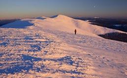 Ландшафт гор зимы на свете захода солнца Стоковые Изображения RF