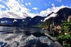 Ландшафт гор, озера и домов в Hallstatt Стоковое Изображение RF
