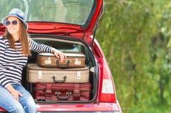 Ландшафт лета автомобиля чемоданов перемещения девушки счастливый Стоковое Изображение