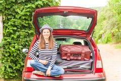 Ландшафт лета автомобиля чемоданов перемещения девушки счастливый Стоковое Фото
