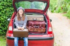Ландшафт лета автомобиля чемоданов перемещения девушки счастливый Стоковая Фотография RF