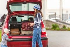 Ландшафт лета автомобиля чемоданов перемещения ребенка девушки счастливый Стоковое Фото