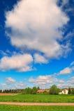 Ландшафт лета голубого неба, белых облаков и зеленого поля Стоковая Фотография RF