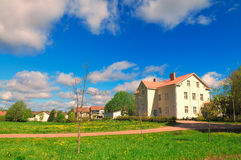 Ландшафт лета голубого неба, белых облаков и зеленого поля Стоковые Фото