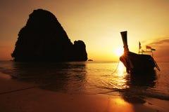 Ландшафт лета захода солнца в горе и море, Krabi, Thaila Стоковое Фото