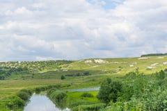 Ландшафт лета зеленых полей и облачного неба сельское место Стоковые Изображения