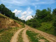 Ландшафт лета сельский между красивыми облаками Стоковое Изображение RF