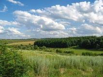 Ландшафт лета сельский между красивыми облаками Стоковые Фотографии RF